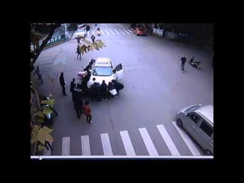 20 شخصا يرفعون سيارة من فوق امرأة
