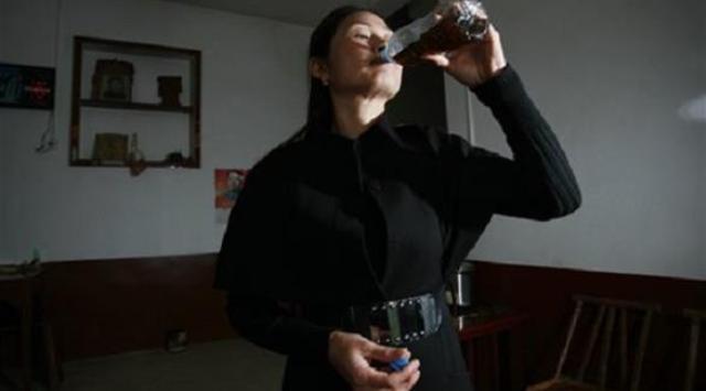 صينيون يتناولون روث الأبقار للعلاج من السرطان