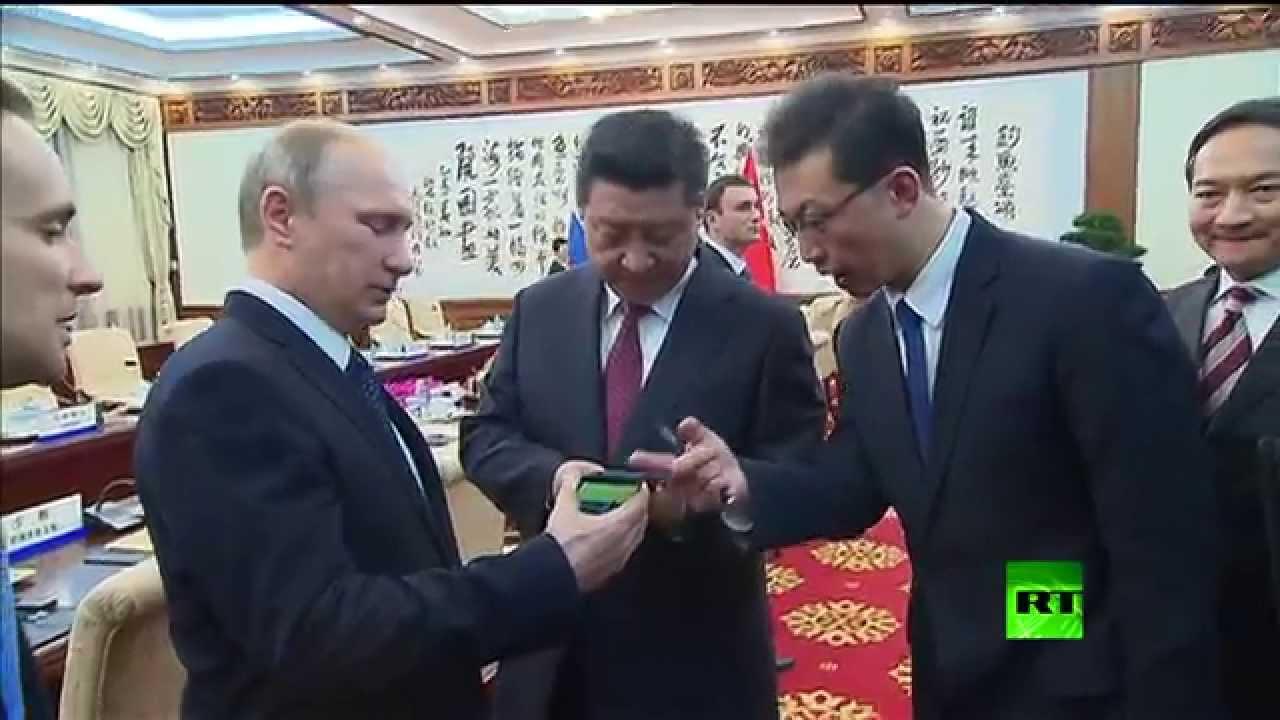 بوتين يهدي نظيره الصيني هواتف
