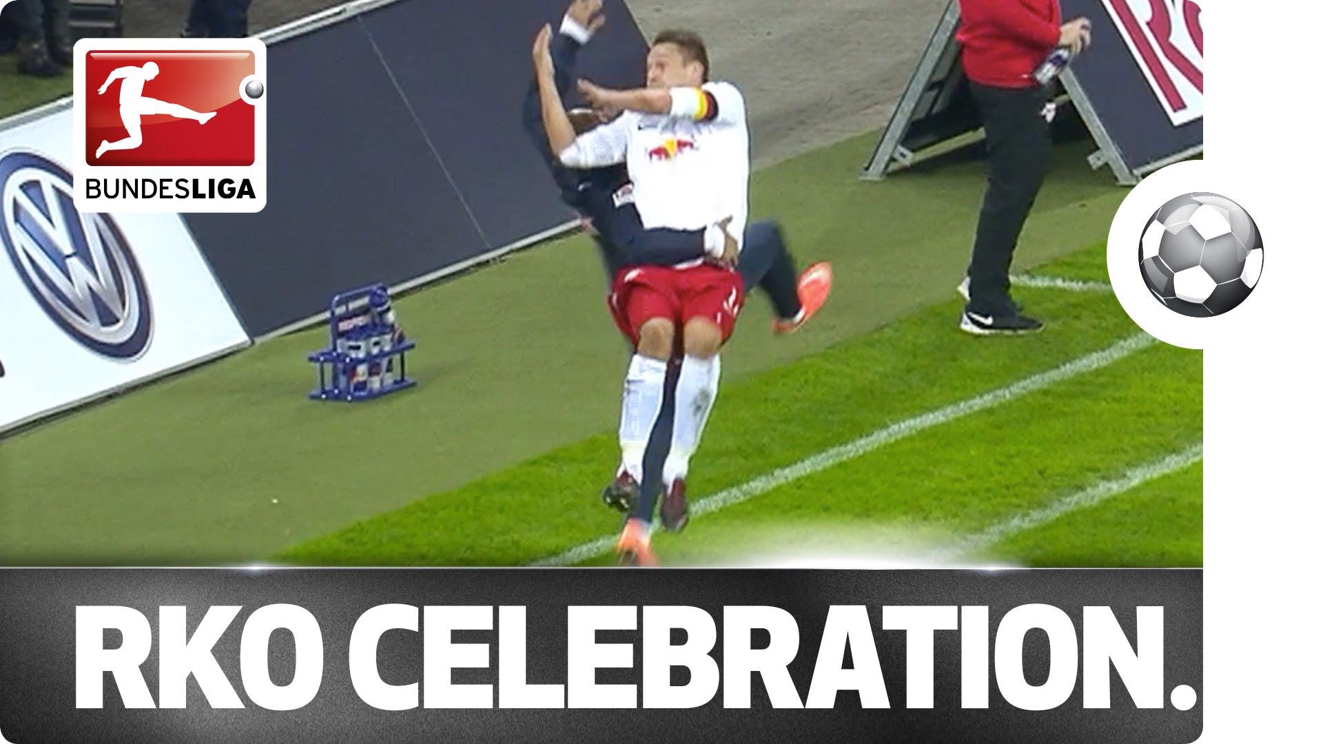 لاعب يحتفل بالهدف على طريقة المصارعة