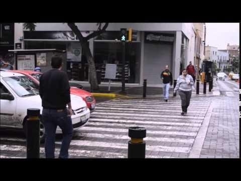 شاب يعاقب سائقا بطريقته