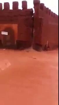 لحظة انهيار سور تزنيت جراء الفيضانات