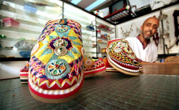 """""""إدوكان"""" .. النعل الأمازيغي الذي تعايش مع اللباس العصري والتقليدي"""