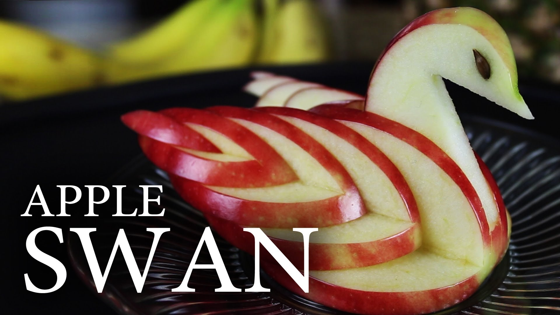 بالفيديو: كيف تصنعين بجعة من التفاح لتزيين المائدة؟