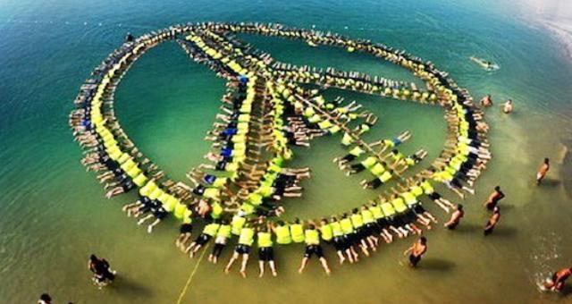 الأردن يدخل غينيس بأكبر سلسلة بشرية عائمة في البحر