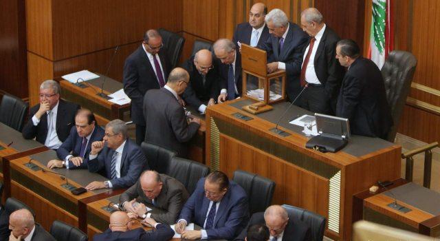 اللجنة الوطنية لموظفي المصالح الاقتصادية تتهم بن غبريط بمحاولة تكسير الإضراب
