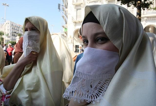 جدل في الجزائر حول منع الحجاب لموظفات الجمارك