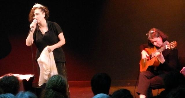 الشاعرة والمغنية صافو تقدم في باريس ديوانها الشعري
