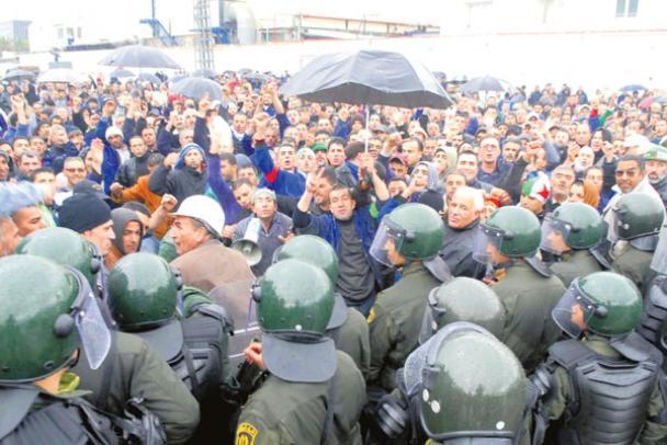 """الجزائر..الحكومة تواجه """"ثورة"""" الموظفين"""