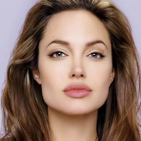 أنجلينا جولي تتعرض لحادث سير خطير