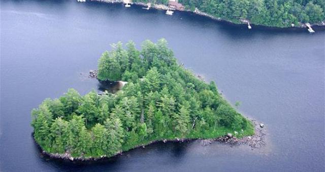 جزيرة على شكل قلب معروضة للبيع بمليون دولار
