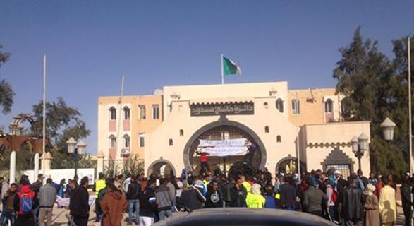 محتجون بحاسي مسعود النفطية يغلقون مقر الدائرة ومجمع سوناطراك