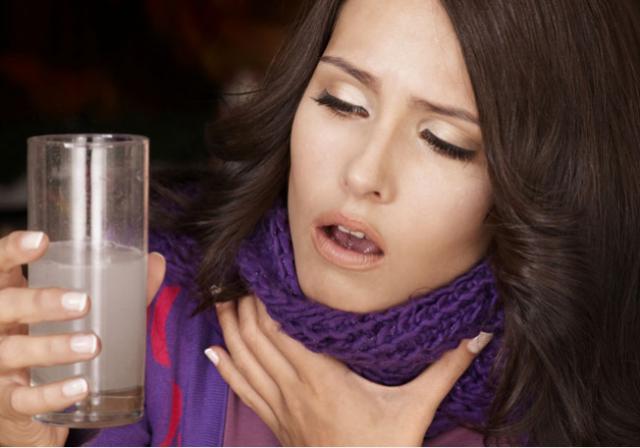 كيف يعالج الماء والملح التهاب الحلق؟