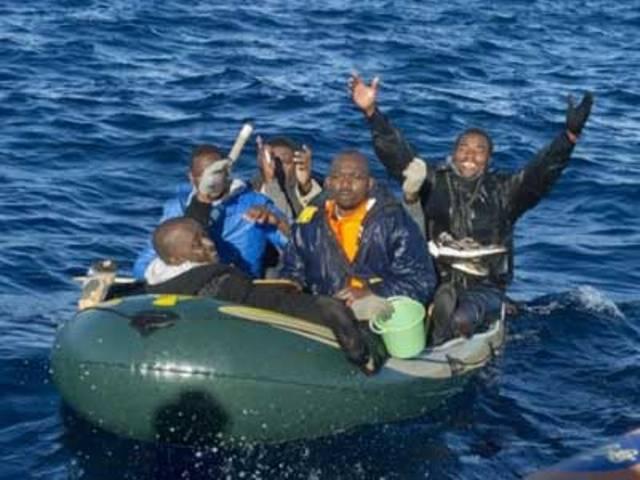 إغاثة 40 مهاجرا سريا من جنوب الصحراء حاولوا الوصول إلى سواحل اسبانيا
