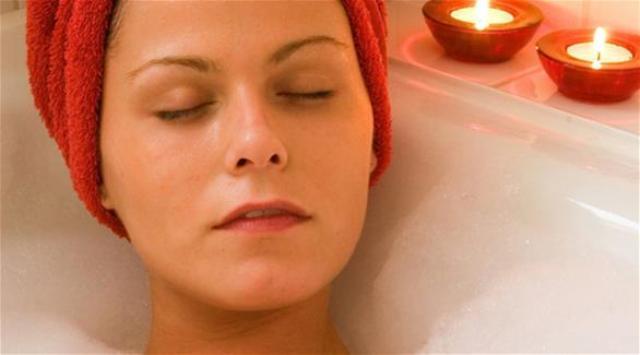 الاستحمام بالماء الساخن لمدة طويلة يؤذي البشرة