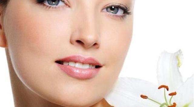 كيف تُنعشين بشرتك المجهدة بعد السهر في الأعياد