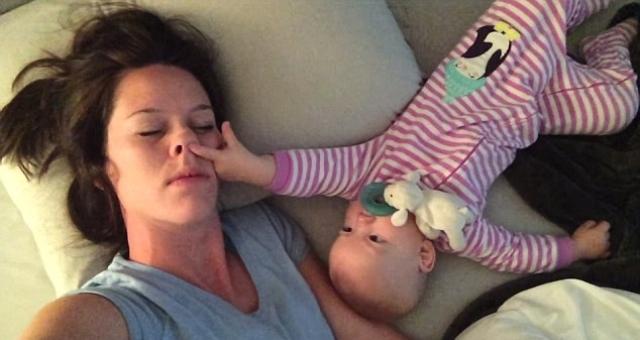 شاهد.. طفلة تمنع والدتها من النوم