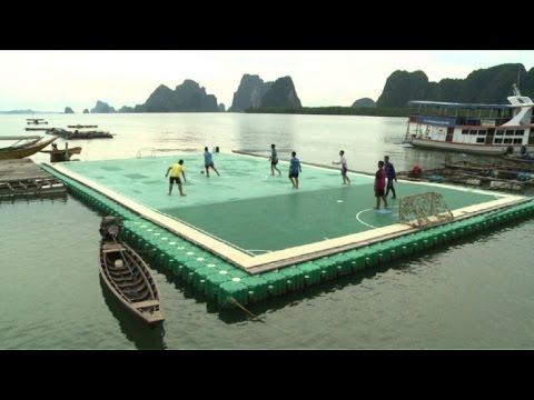 ملعب لكرة القدم عائم في تايلاند