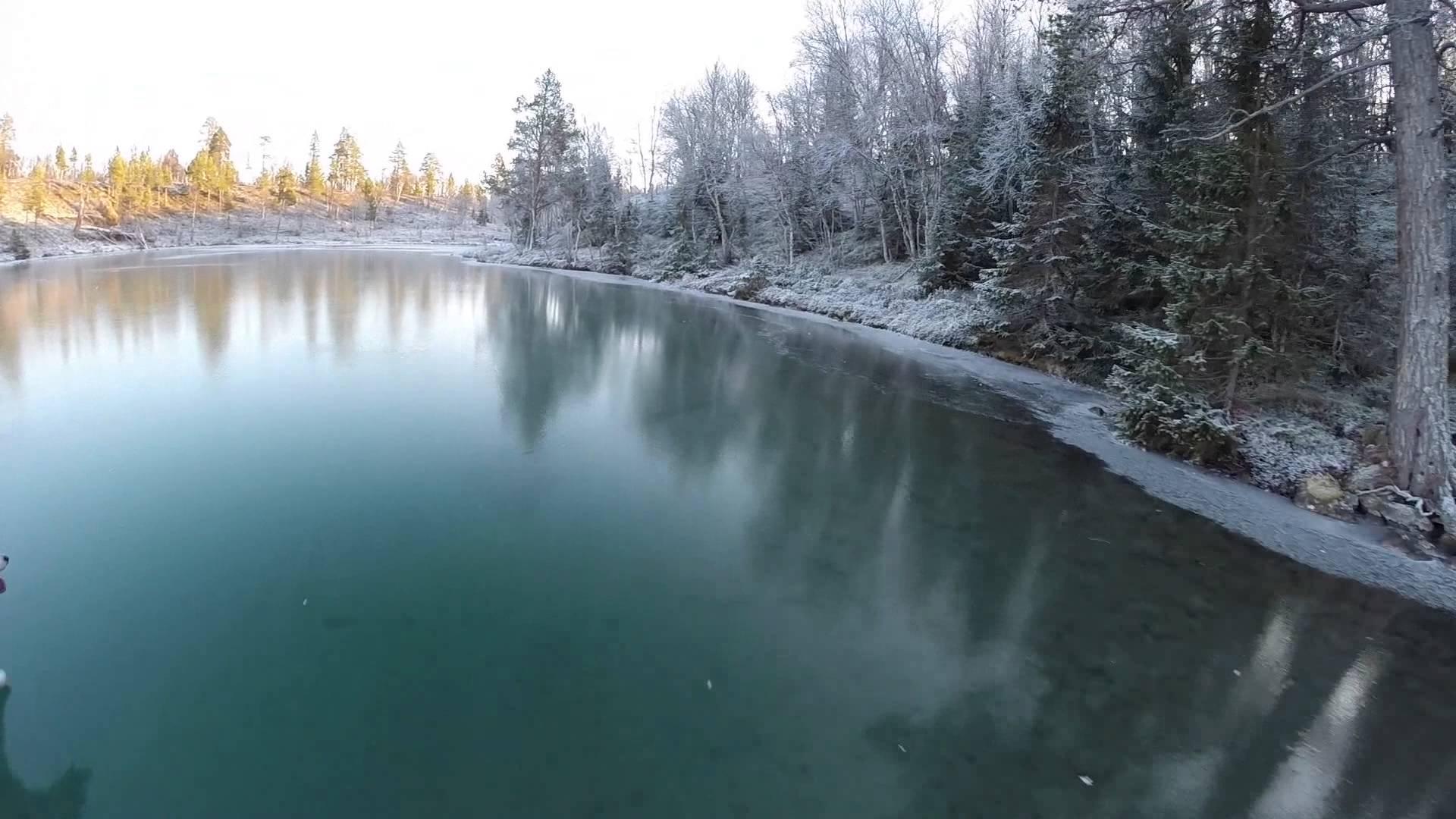 بحيرة شفافة متجمدة