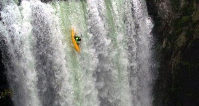 يخاطر بحياته ويقفز بقاربه من أعلى شلال في المكسيك