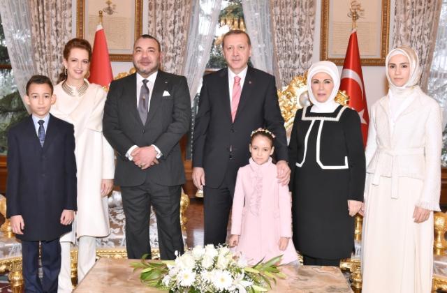 العاهل المغربي يحضر حفل شاي بدعوة من أسرة الرئيس التركي