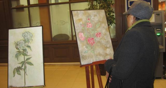 أزهار ورياحين في معرض الرسامة منى العمري بمناسبة السنة الجديدة