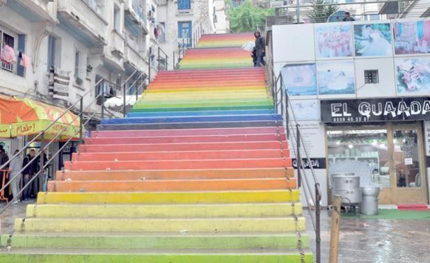 جزائريون يبدعون لوحات فنية فوق السلالم المهمشة