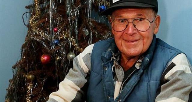 أمريكي يحتفظ بشجرة ميلاد منذ 40 عاماً