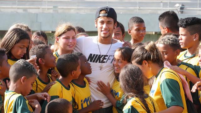 نيمار يفتتح معهدا لمساعدة الأطفال في مدينته