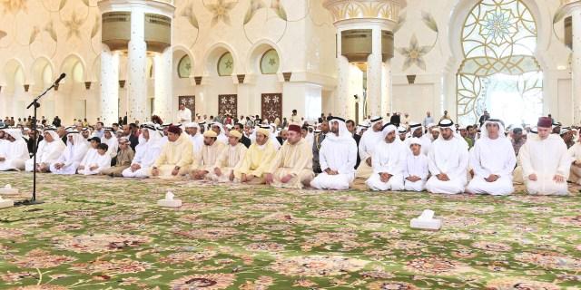 العاهل المغربي يؤدي صلاة الجمعة رفقة ولي عهد أبوظبي بمسجد الشيخ زايد الكبير  في أبوظبي