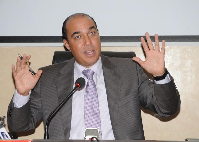معطلون يحاصرون الوزير المغربي السابق أوزين ويطالبون برحيله ومحاكمته