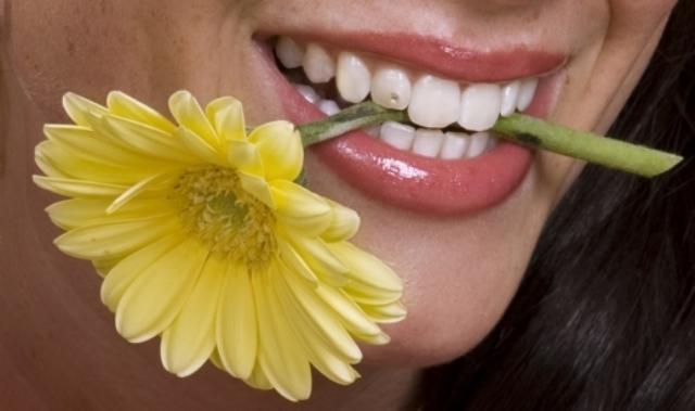 بالصور.. مجوهرات الأسنان موضة جديدة لنجوم هوليود
