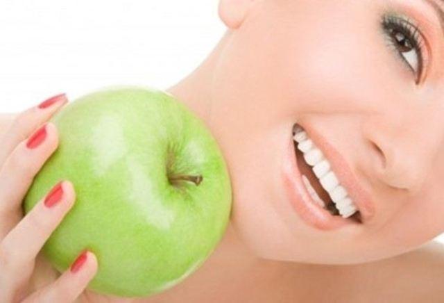 احصلي على بشرة متألقة مع خلطات التفاح الأخضر