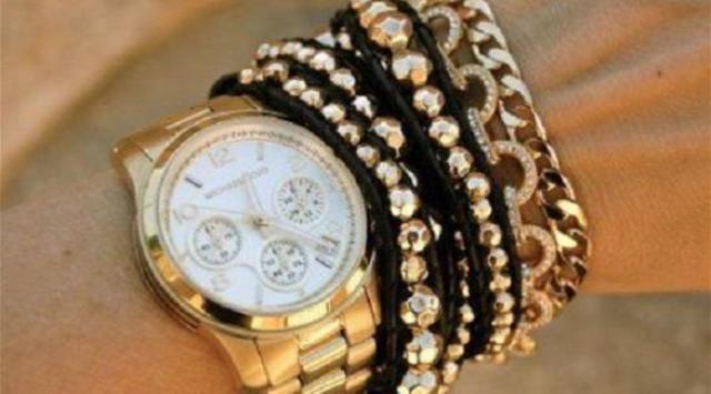 الساعة المذهبة تزين معصم المرأة في 2015