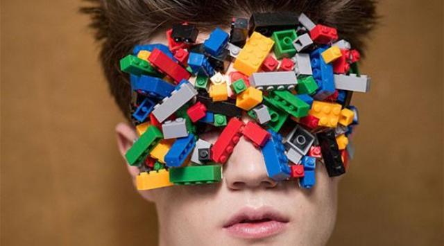 بالصور: أغرب عرض أزياء باستخدام مكعبات الليغو