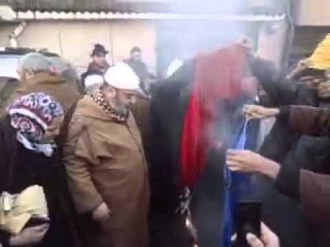 علي بن حاج يحرق العلم الفرنسي من أمام مسجد الوفاء بالقبة بالجزائر العاصمة