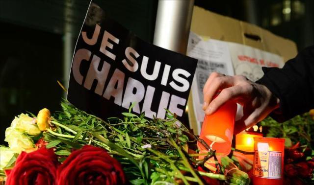صحافيون ومثقفون  ومواطنون ينظمون وقفة تضامنية في الرباط مع ضحايا الاعتداء الإرهابي في باريس