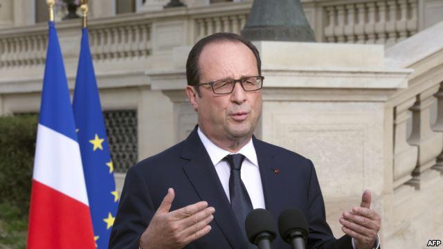 هولاند يطالب بمعاقبة من أحرقوا العلم الفرنسي في الجزائر