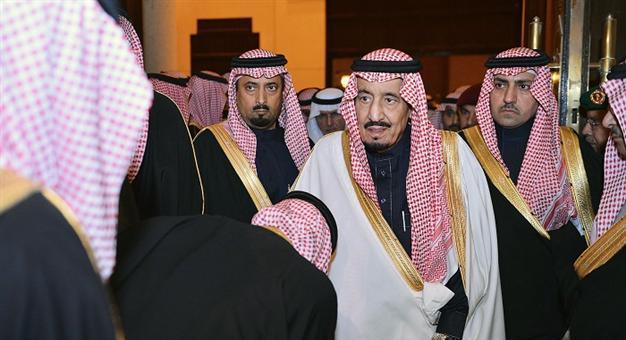 سعوديون يبايعون الملك سلمان عبر