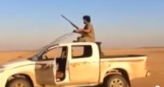 بالفيديو: شاب يقود سيارته في الصحراء كأنها