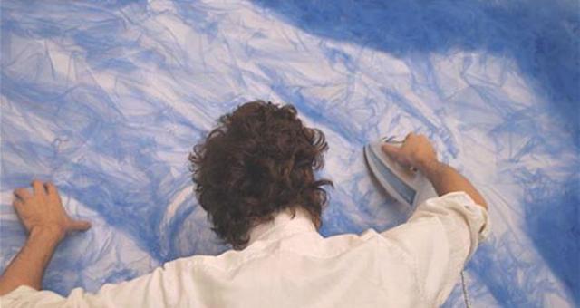 بالصور: فنان يرسم بالمكواة