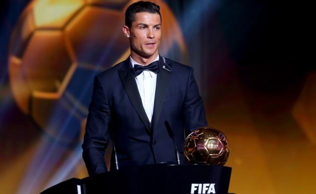 رونالدو يفوز بجائزة الكرة الذهبية للمرة الثالثة