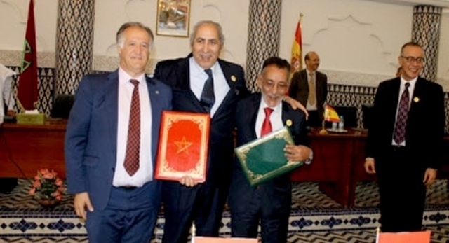 التوقيع على اتفاقية توأمة وشراكة بين مدينتي الداخلة المغربية وطريفة الإسبانية