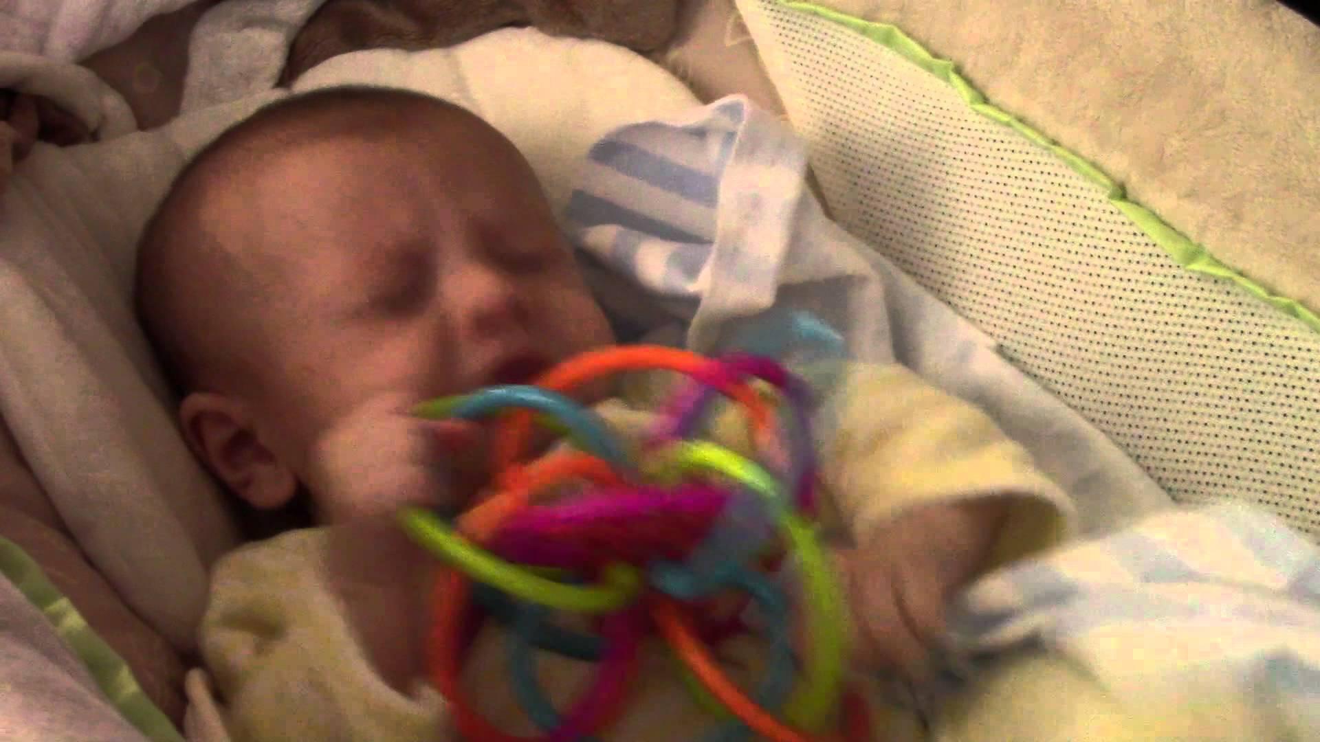 فيديو طريف ..100 عطسة لرضيع في ظرف 90 ثانية
