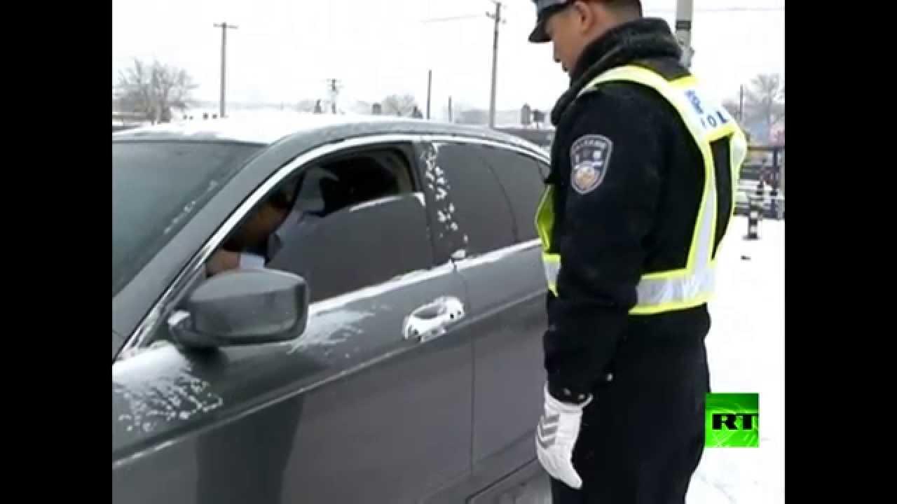 شرطي مرور يتشبت بسيارة فارة