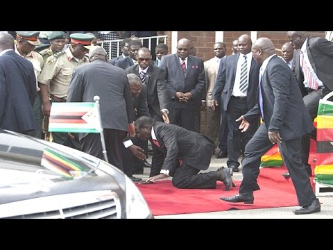 رئيس زيمبابوي يسقط من منصة المطار