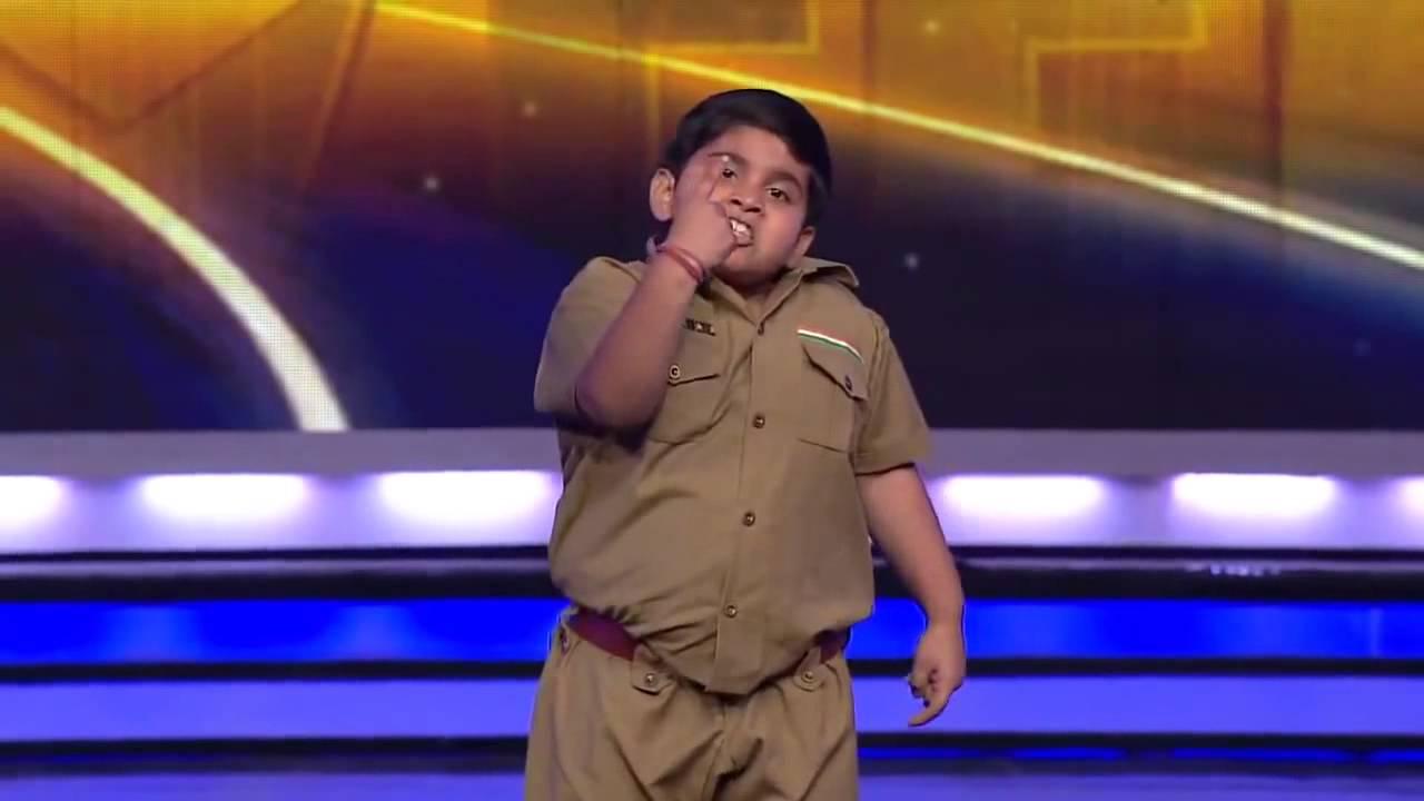 طفل هندي بدين يرقص بطريقة مسلية