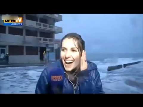 موجة تطيح بمراسلة تلفزيونية مباشرة