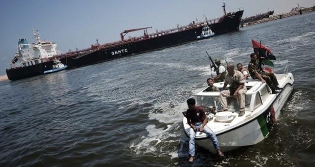 قوات حفتر تحكم سيطرتها على ميناء بنغازي