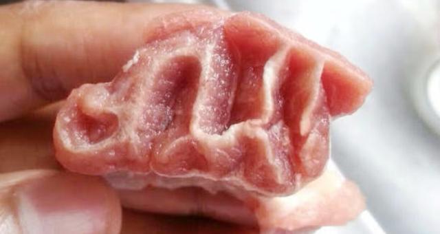 مواطن يكتشف لفظ الجلالة داخل قطعة لحم